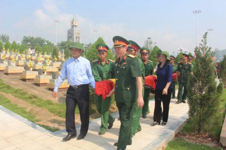 Lưu luyến tiễn đưa các anh hùng liệt sĩ về nơi an nghỉ cuối cùng.