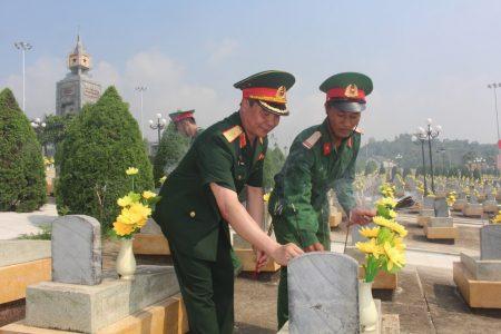 Thiếu tướng Phạm Đức Duyên, Phó Chính ủy, Trưởng Ban chỉ đạo 1237 Quân khu 2 cùng các đại biểu thắp hương tri ân các anh hùng liệt sĩ.