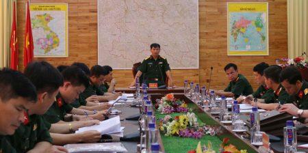 Đại tá Trần Ngọc Tuấn, Phó Chủ nhiệm Chính trị Quân khu phát biểu trong buổi làm việc tại Bộ CHQS tỉnh.