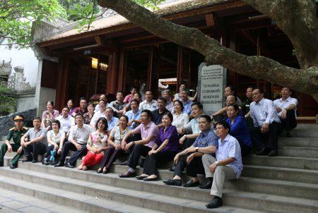 Đoàn cán bộ, học viên lớp Bồi dưỡng kiến thức QP-AN chụp ảnh lưu niệm tại Đền Hùng.
