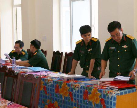 Đoàn công tác kiểm tra các nội dung CTĐ, CTCT tại Ban CHQS huyện Mai Sơn.