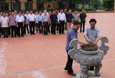 Đoàn cán bộ, học viên lớp Bồi dưỡng kiến thức QP-AN khóa 65 dâng hương tưởng niệm Bác Hồ tại Khu tưởng niệm cơ quan Quân khu.
