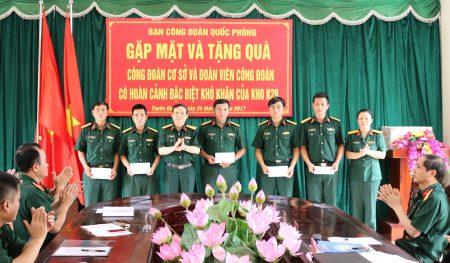 Đồng chí Trưởng ban Công đoàn Quốc phòng tặng quà đoàn viên Công đoàn có hoàn cảnh đặc biệt khó khăn tại Kho K28.