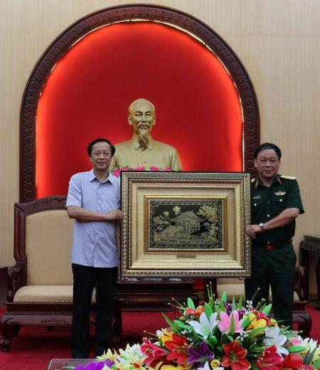 Đồng chí Phạm Ngọc Thưởng, Phó Bí thư Tỉnh ủy, Chủ tịch UBND tỉnh Lạng Sơn thay mặt lớp Bồi dưỡng kiến thức QP-AN tặng quà lưu niệm BTL Quân khu.