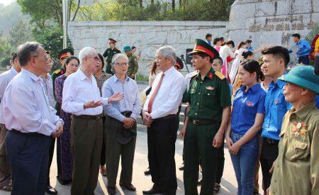 Đại tá Lê Văn Hải, Phó Chủ nhiệm Chính trị Quân khu trao đổi với các nhân chứng lịch sử và thanh niên địa phương về vị trí, ý nghĩa lịch sử của Ngã ba Còi Nòi trong kháng chiến chống Pháp.