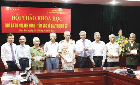 Lãnh đạo Trung ương Đoàn TNCS Việt Nam và lãnh đạo Tỉnh ủy Sơn La tặng quà chúc mừng các nhân chứng lịch sử - Cựu TNXP trong kháng chiến chống Pháp.