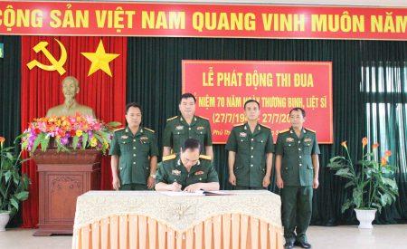 Đại diện các cơ quan, đơn vị ký kết giao ước thi đua.