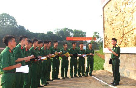 Cán bộ, đoàn viên Trung đoàn 174, Sư đoàn 316 học tập lịch sử đơn vị bên bức phù điêu truyền thống.
