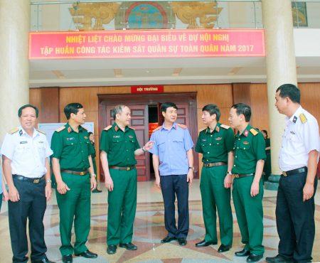 Thiếu tướng Nguyễn Văn Khánh, Phó Viện trưởng Viện Kiểm sát nhân dân Tối cao, Viện trưởng Viện KSQS Trung ương trao đổi với đại biểu bên lề hội nghị.