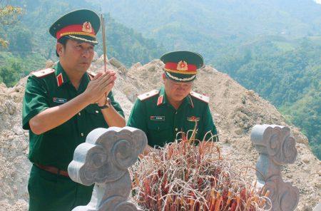 Thiếu tướng Phùng Sĩ Tấn, Tư lệnh Quân khu thắp hương tưởng niệm các Anh hùng liệt sĩ.