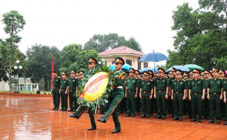 Cán bộ, chiến sĩ LLVT Quân khu dâng vòng hoa tưởng niệm.