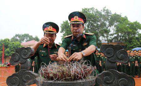 Tư lệnh và Chính ủy Quân khu dâng hương trước Nhà tưởng niệm Chủ tịch Hồ Chí Minh.