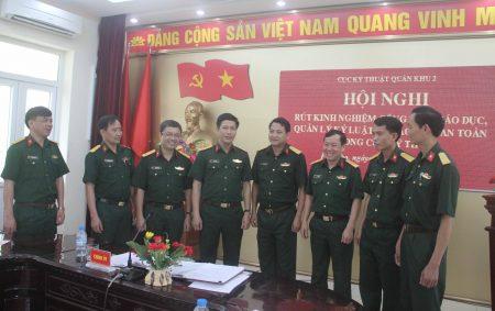Các đại biểu trao đổi tại hội nghị.