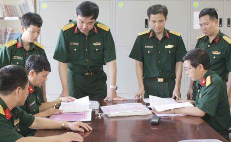 Cơ quan chức năng Cục Chính trị QK kiểm tra sổ sách công tác xây dựng đảng tại Trung đoàn 652.