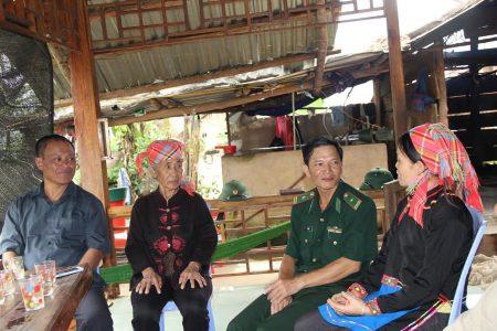 Cán bộ chiến sỹ Đồn Biên phòng Mù Cả tuyên truyền PBGDPL cho người dân trong xã.