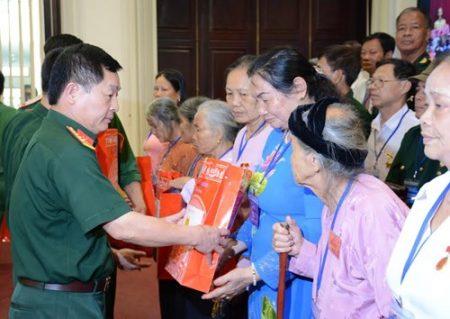 Trao quà tặng các đại biểu người có công tỉnh Phú Thọ.