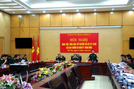Thiếu tướng Trịnh Văn Quyết, Bí thư Đảng ủy, Chính ủy QK báo cáo kết quả lãnh đạo thực hiện nhiệm vụ của Đảng ủy Quân khu với Đoàn kiểm tra.