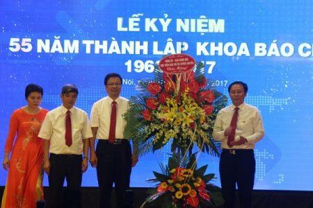 PGS,TS Trương Ngọc Nam, Giám đốc Học viện Báo chí và Tuyên truyền tặng hoa chúc mừng Khoa Báo chí.