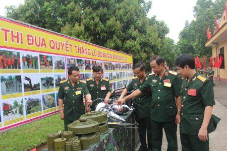 Thiếu tướng Hoàng Hữu Thế cùng các đại biểu tham quan gian trưng bày sản phẩm sáng tạo của cán bộ, chiến sĩ Lữ đoàn 543.