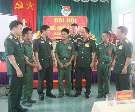 Đồng chí Chính ủy Cục Kỹ thuật trao đổi với các đại biểu dự đại hội.