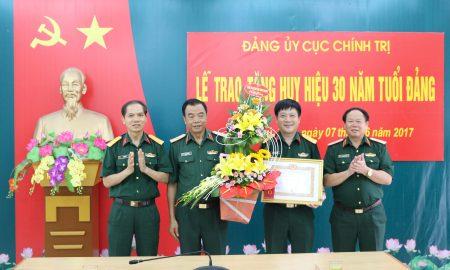 Các đồng chí trong Thường vụ Đảng ủy, Thủ trưởng Cục Chính trị tặng hoa chúc mừng Đại tá Nguyễn Như Bách.