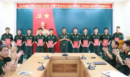Chủ nhiệm Chính trị Quân khu trao Quyết định thăng quân hàm cấp trung tá trở xuống cho cán bộ.