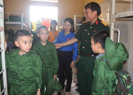 """Đại tá Nguyễn Thắng Xuân, Phó Chủ nhiệm Chính trị Quân khu kiểm tra nơi ăn, ở, sinh hoạt và động viên các """"chiến sĩ nhí""""."""