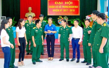 Đại tá Trần Thanh Sơn, Chủ nhiệm Chính trị Cục Hậu cần QK trao đổi với đại biểu tham dự Đại hội Đoàn cơ sở Trung đoàn 652.