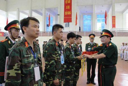 Đại tá Nguyễn Như Bách, Phó Chủ nhiệm Chính trị Quân khu, Phó Ban Tổ chức Hội thao trao cờ lưu niệm cho các Đoàn tham dự.