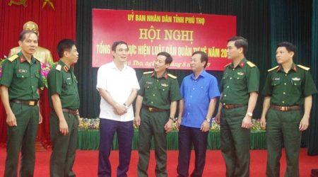 Thiếu tướng Nguyễn Văn Nghĩa, Phó Tư lệnh, Tham mưu trưởng Quân khu; lãnh đạo tỉnh Phú Thọ và Bộ CHQS tỉnh trao đổi bên lề hội nghị.