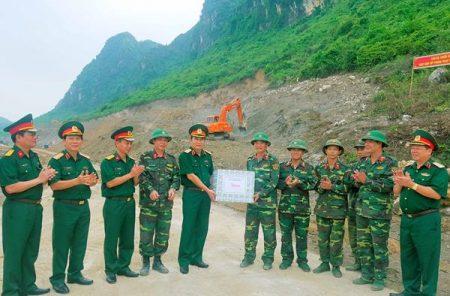 Tư lệnh Quân khu cùng đoàn công tác tặng quà động viên cán bộ, chiến sĩ Lữ đoàn 543 đang thực hiện nhiệm vụ tại Trung tâm huấn luyện Miếu Môn, Hà Nội.