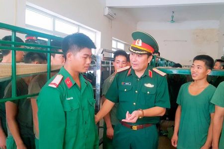 Thiếu tướng Phùng Sĩ Tấn thăm, động viên cán bộ, chiến sĩ Lữ đoàn 543 thực hiện nhiệm vụ thi công công trình tại Trung tâm huấn luyện Miếu Môn, Hà Nội.