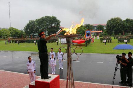 Phó TMT Quân khu đốt lửa truyền thống.