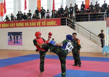 Trận thi đấu ở hạng cân dưới 54 kg giữa vận động viên Đỗ Tràng Tuân (Bộ CHQS tỉnh Sơn La) và Dương Xuân Cường (Bộ CHQS tỉnh Phú Thọ).