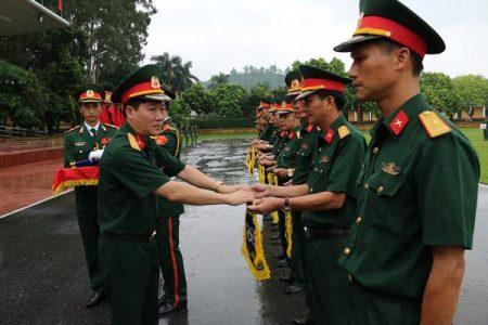 Đại tá Nguyễn Như Bách, Phó CNCT QK trao cờ lưu niệm cho các đoàn tham gia Hội thao.