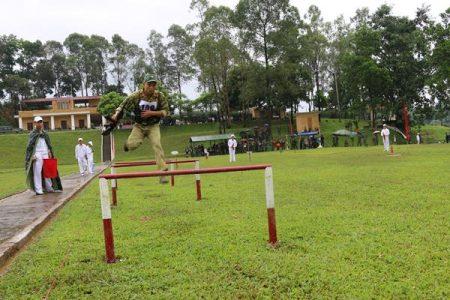 Thực hành vượt vật cản trong thi 4 môn quân sự phối hợp.