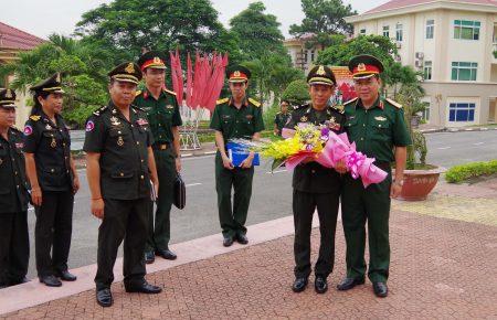 Thiếu tướng Hoàng Ngọc Dũng, Phó Tư lệnh Quân khu đón đoàn cán bộ Trung tâm nghiên cứu chiến lược quân sự Quân đội Hoàng gia Campuchia.