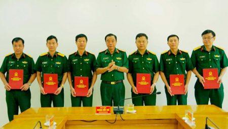 Thiếu tướng Hoàng Hữu Thế, Chủ nhiệm Chính trị Quân khu trao quyết định cho các đồng chí được nâng lương thượng tá, đại tá.