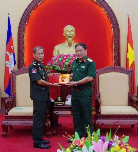 Thiếu tướng Hoàng Ngọc Dũng, Phó Tư lệnh Quân khu tặng quà lưu niệm đoàn cán bộ Trung tâm nghiên cứu chiến lược quân sự Quân đội Hoàng gia Campuchia.