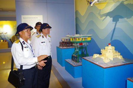 Lãnh đạo Cục Chính trị Hải quân tham quan Phòng truyền thống đảo Trường Sa.  Ảnh: NGỌC CƯỜNG