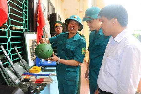 Kiểm tra mô hình học cụ trước khi bước vào huấn luyện của lực lượng dân quân xã Dậu Dương, huyện Tam Nông (Phú Thọ).