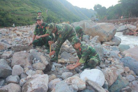 Cán bộ, chiến sĩ Trung đoàn 754, Bộ CHQS tỉnh Sơn La phối hợp với Công an tỉnh giúp bà con bản Huổi Liếng, xã Nậm Păm (Mường La, Sơn La) dựng nhà tạm sau trận lũ lịch sử.