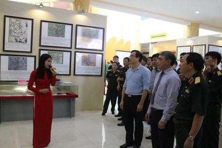 Các đại biểu tham quan các hiện vật tại triển lãm.