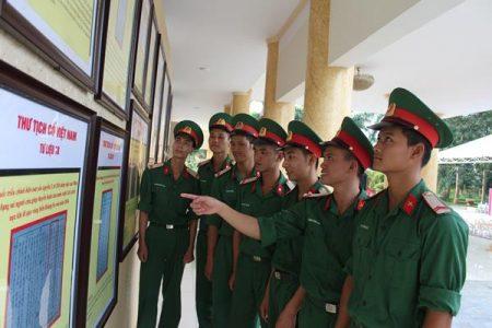 Chiến sĩ Lữ đoàn 297 tham quan triển lãm.