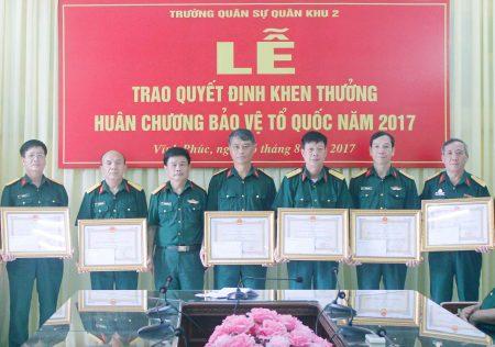 Thừa ủy quyền của Chủ tịch nước, Đại tá Nguyễn Công Bính, Chính ủy Trường Quân sự Quân khu trao Huân chương Bảo vệ Tổ quốc tặng cán bộ đã giữ các chức vụ lãnh đạo, chỉ huy trong Nhà trường giai đoạn 2012-2016.